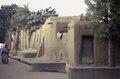 ASC Leiden - van Achterberg Collection - 03 - 56 - Une rue vers le fleuve Niger avec une femme en drap rose - Ségou, Mali - novembre-décembre 1993.tif
