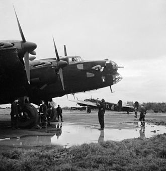 Peter Stanley James - A Handley-Page Halifax B.II s.I (35 Sqn) prepares for start, Linton-on-Ouse