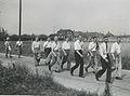 Acht Arnhemsche deelnemers' op het parcours van 55 km op de tweede dag van de 29 – F40996 – KNBLO.jpg
