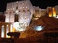 Aleppo (Halab), Abends beleuchtete Zitadelle (Qal'at Halab) (ayyubidisch von al-Aziz) (37989229604).jpg