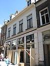 foto van Laat-gotisch woonhuis met een der lange zijden aan de straat, de korte zijden met trapgevels waarop ezelsrugafdekking. Achterhuis (ca. 1600) met mooie puntgevel, waarin vlechtingen, ankers en twee oorspronkelijke vensters met natuurstenen middendorpels