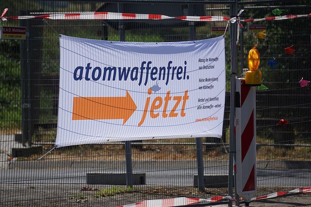 Atomwaffenfrei. jetzt Abschluss der 20-wöchigen Aktionspräsenz in Büchel (42139043820).jpg