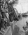 Auto te water in de Amstel bij de magere brug, Bestanddeelnr 910-4310.jpg