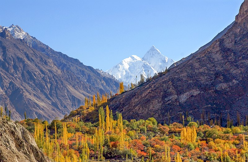 Foto: 'Autumn color in Hunza Valley' door Ghazi Ghulamraza op Wikimedia Commons