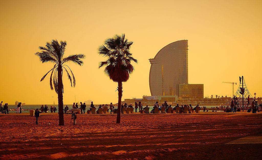Vue sur la plage de Barceloneta et sur l'hôtel de luxe au bout de la jetée.