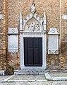 Basilica di Santa Maria dei Frari - Venezia - Porta laterale, a sinistra.jpg