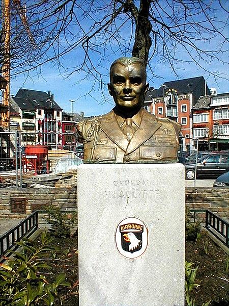 Le général MC Auliffe sur la place de Bastogne
