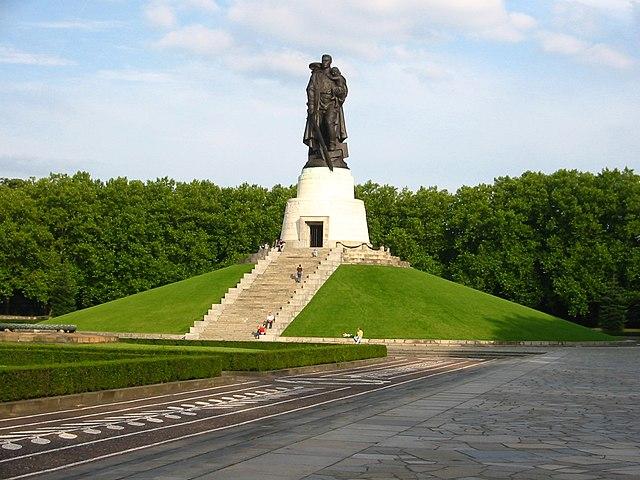 «Во́ин-освободи́тель» — монумент в берлинском Трептов-парке