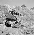 Bevloeiingsproject in de Negevwoestijn Een arbeider op een bulldozer in een gre, Bestanddeelnr 255-4763.jpg