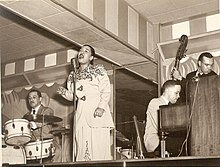 zleva: Ray Bauduc (bicí), Billie Holiday (zpěv), Claude Hopkins (klavír) a Walter Page (kontrabas)