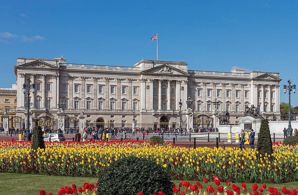 Buckingham Palace from gardens, London, UK - Diliff (cropped)