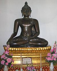 http://upload.wikimedia.org/wikipedia/commons/thumb/1/13/Buddha_chiangsaenstyle.jpg/200px-Buddha_chiangsaenstyle.jpg