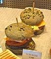 Burger au pain au charbon.jpg