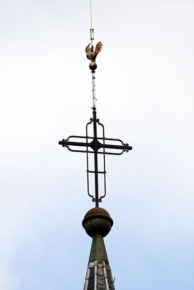 Den Hunn um Kierchtuerm vun der Kierch zu Bus.