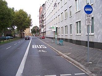 Bus lane - Image: Busspur und Haltestelle in Mannheim 100 9128