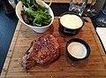 Côte de cochon noir servie avec aligot, salade et sauce au bleu d'Auvergne.jpg