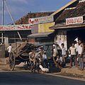 COLLECTIE TROPENMUSEUM Een hoefsmid aan het werk op de ventweg langs de Jalan Thamrin TMnr 20018510.jpg