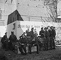 Canadese bevrijders (Queen's Own Rifles of Canada Regiment) rusten uit achter, Bestanddeelnr 900-2470.jpg