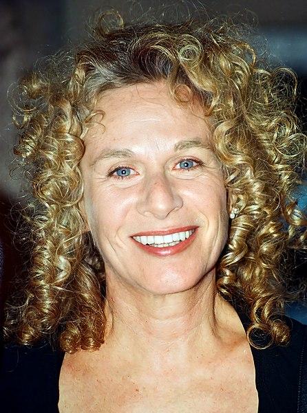 https://upload.wikimedia.org/wikipedia/commons/thumb/1/13/Carole_King_2002_%28cropped%29.jpg/446px-Carole_King_2002_%28cropped%29.jpg