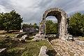Carsulae, arco di S. Damiano e strada Flaminia.jpg