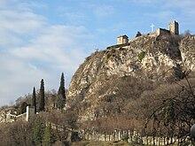 Vista del colle con il castello di Somasca a destra e la Valletta, zona dell'eremo di San Gerolamo Emiliani, in basso a sinistra