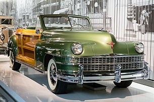 Chrysler Town and Country front-right 2016 Shanghai Auto Museum.jpg