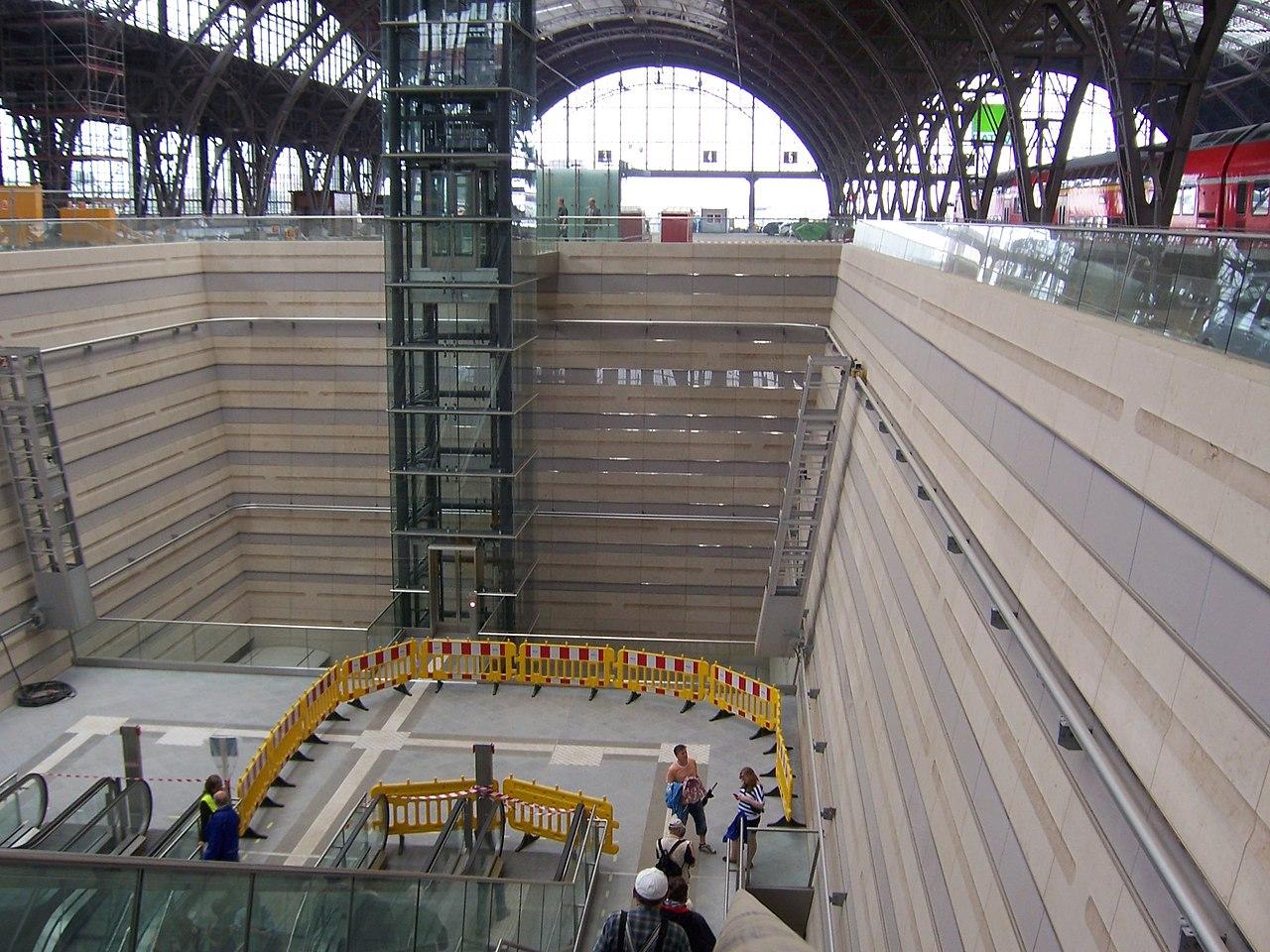 File:City-Tunnel Leipzig, Hauptbahnhof Atrium.JPG
