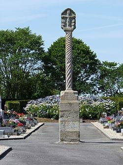 Croix du milieu du cimetière de Plumieux 01.jpg