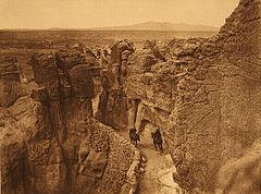 EDWARD SHERIFF CURTIS LE PHOTOGRAPHE DES AMÉRINDIENS 240px-Curtis_Old_trail_at_Acoma_1904