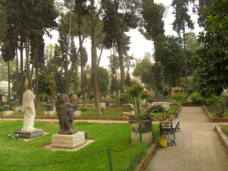 Datei:Damascus National Museum Garden Trees and Statues.jpg