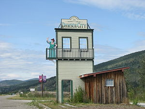 English: Dawson City welcome sign