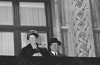 Charlotte, Grand Duchess of Luxembourg - Image: De abdicatie en opvolging in Luxemburg, op het balkon van het Paleis Groothertog, Bestanddeelnr 934 6443