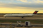 Delta N972DL McDonnell-Douglas MD-88 (24380736466).jpg
