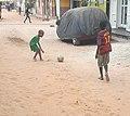 Des enfants qui jouent au football.jpg