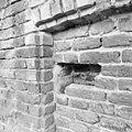 Detail van dichtgezet luikgat boven de ingang van de toren in de oude westmuur - Batenburg - 20028336 - RCE.jpg