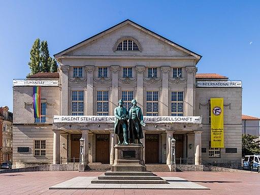 Deutsches Nationaltheater Weimar mit Banner -Das DNT steht für eine offene und freie Gesellschaft--8889