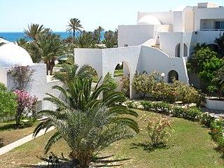 Hôtel de Djerba avec ses bâtiments bas de couleur blanche et ses jardins.
