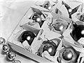 Doos met verschillende soorten kerstballen en een slinger, Bestanddeelnr 189-1106.jpg