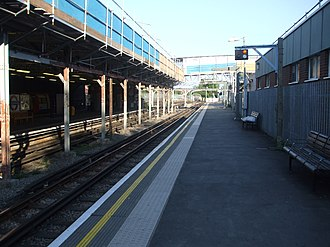Edgware tube station - Image: Edgware station platform 1 southbound