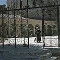 Ein Kerem Kerk van de Visitatie een franciscaner pater veegt het plein bij de , Bestanddeelnr 255-9212.jpg