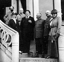La reine est à côté d'Eugène Ysaÿe, dans un groupe photographié sur un perron.