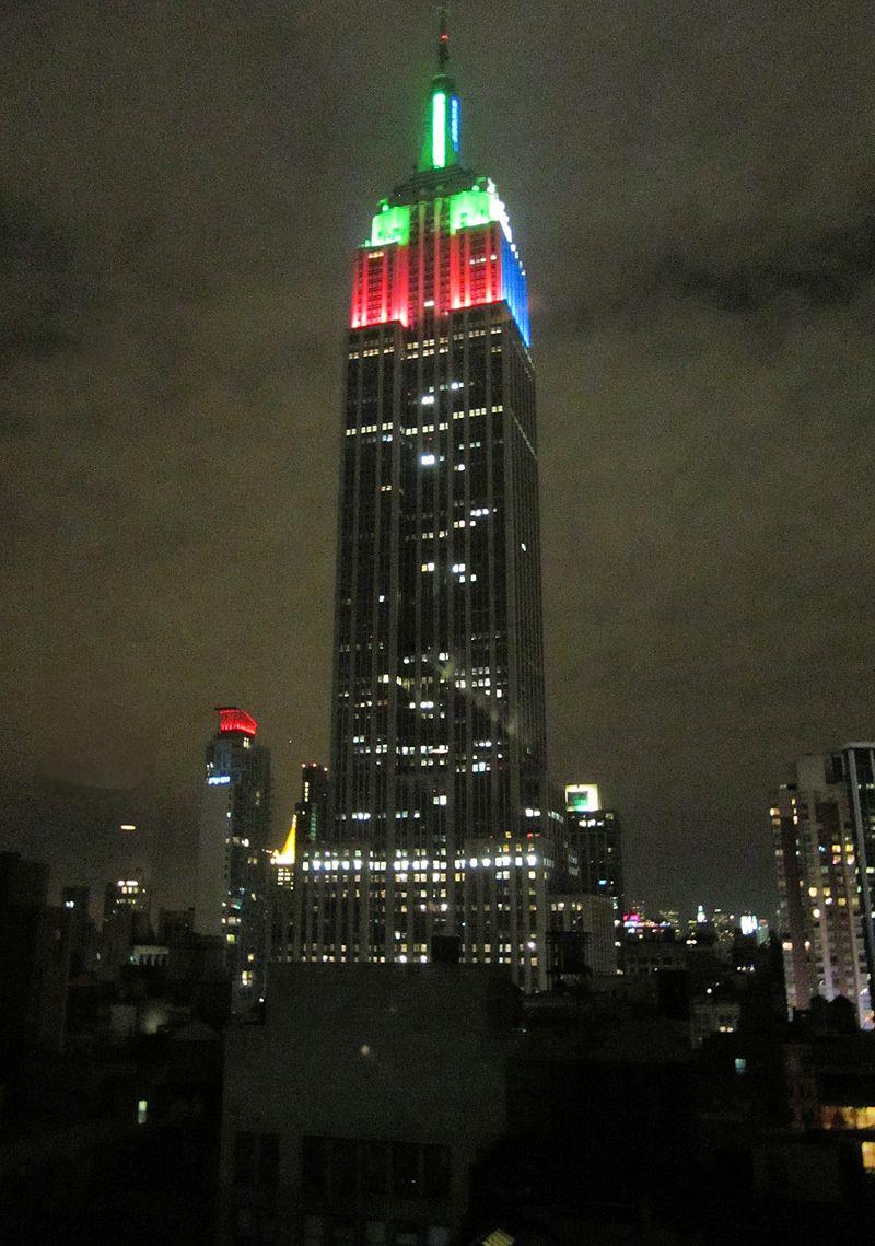 Empire State Building mit Weihnachtsbeleuchtung.JPG