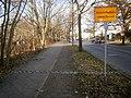 Entenschnabel - Doppelpflasterstreifen zum Mauerverlauf von Berlin-Hermsdorf.jpg