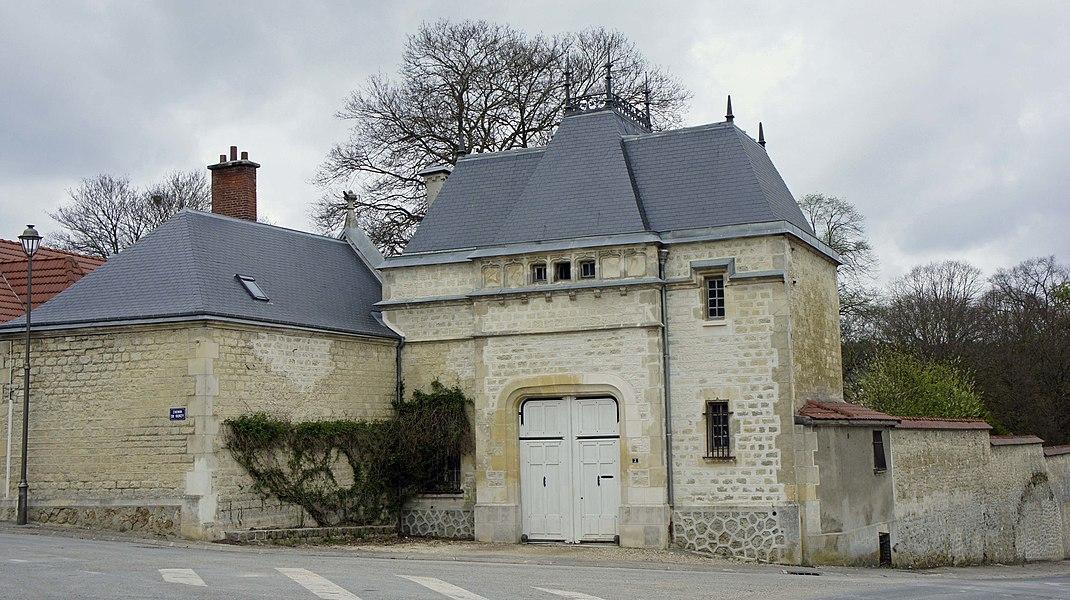 Entrée du château à Branscourt depuis la place centrale.