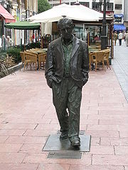 Life-size statue of Woody Allen in Oviedo.