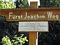 Fürst Joachim Weg, Wegweiser mit Inschrift In dankbarem Gedenken an unseren Ehrenbürger S.D. Joach.jpg
