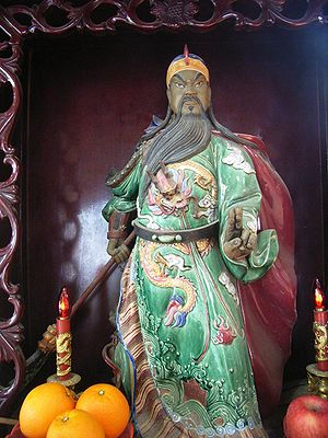 A Guan Yu idol holding the guandao in the righ...