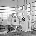 Fabriek voor schoonheidsproducten Helena Rubinstein in Nazareth Medewerker bezi, Bestanddeelnr 255-4419.jpg