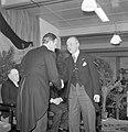 Fabrieksdirecteur Albert van Abbe (links) drukt hand van burgemeester Kolfschote, Bestanddeelnr 255-8441.jpg
