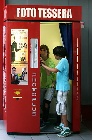English: Photo booth in Genoa. Deutsch: Fotoau...